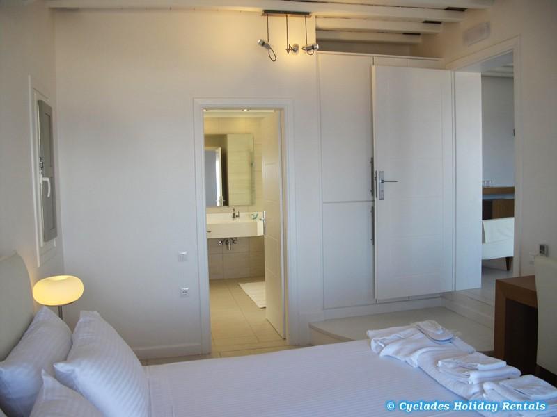 Sifnos chryssopigi selana suites locations iles Chambre a coucher avec salle de bain